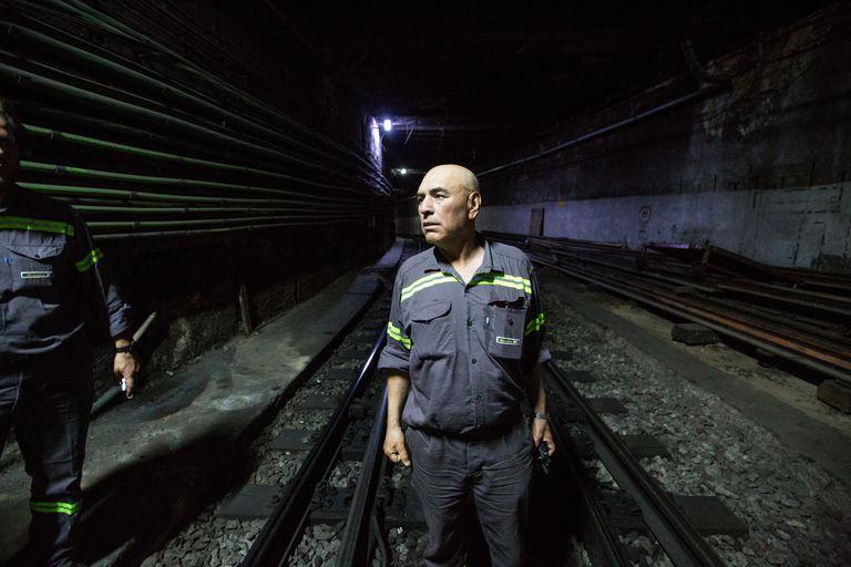Manuel Niz, supervisor de vías, acompaña el recorrido por el subsuelo
