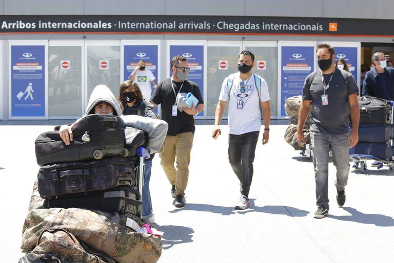 Nueva cepa: Aterrizó en Ezeiza el último avión proveniente de Londres con permiso