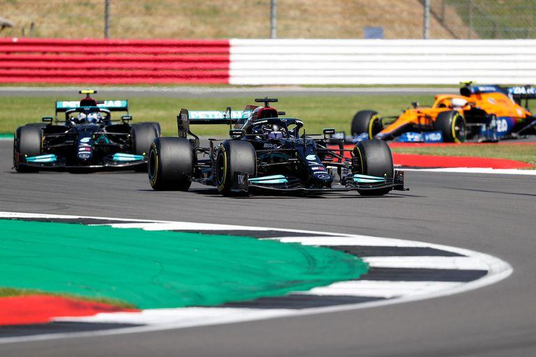 El piloto británico de Mercedes Lewis Hamilton largó en el segundo lugar en la reanudación de la carrera