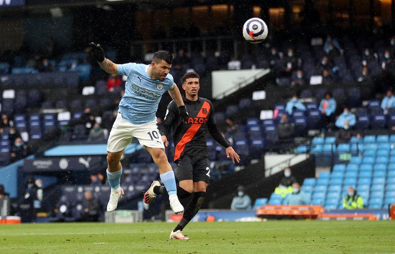 Sergio Agüero se eleva para cabecear y anoar el quinto gol del partido
