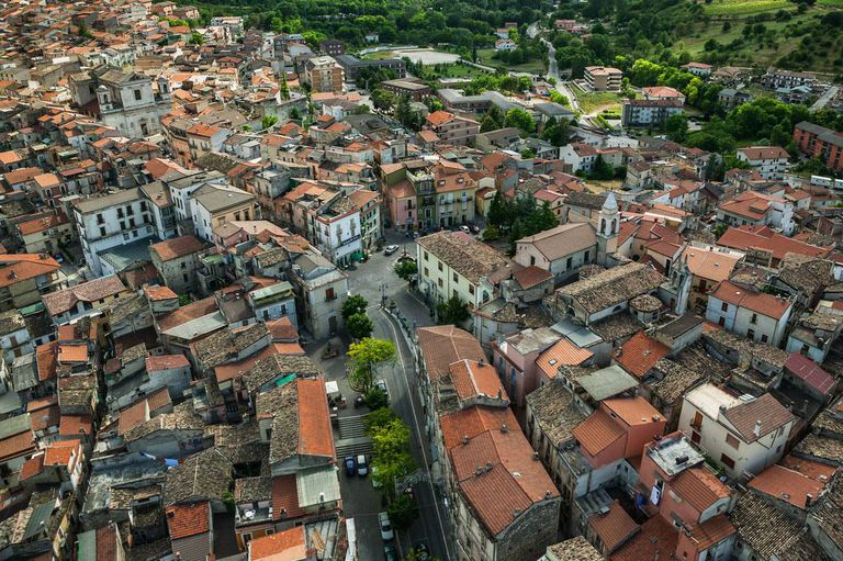 Pratola Peligna tuvo su momento de esplendor hace un siglo, pero los residentes fueron buscando nuevos horizontes y la población disminuyó a la mitad
