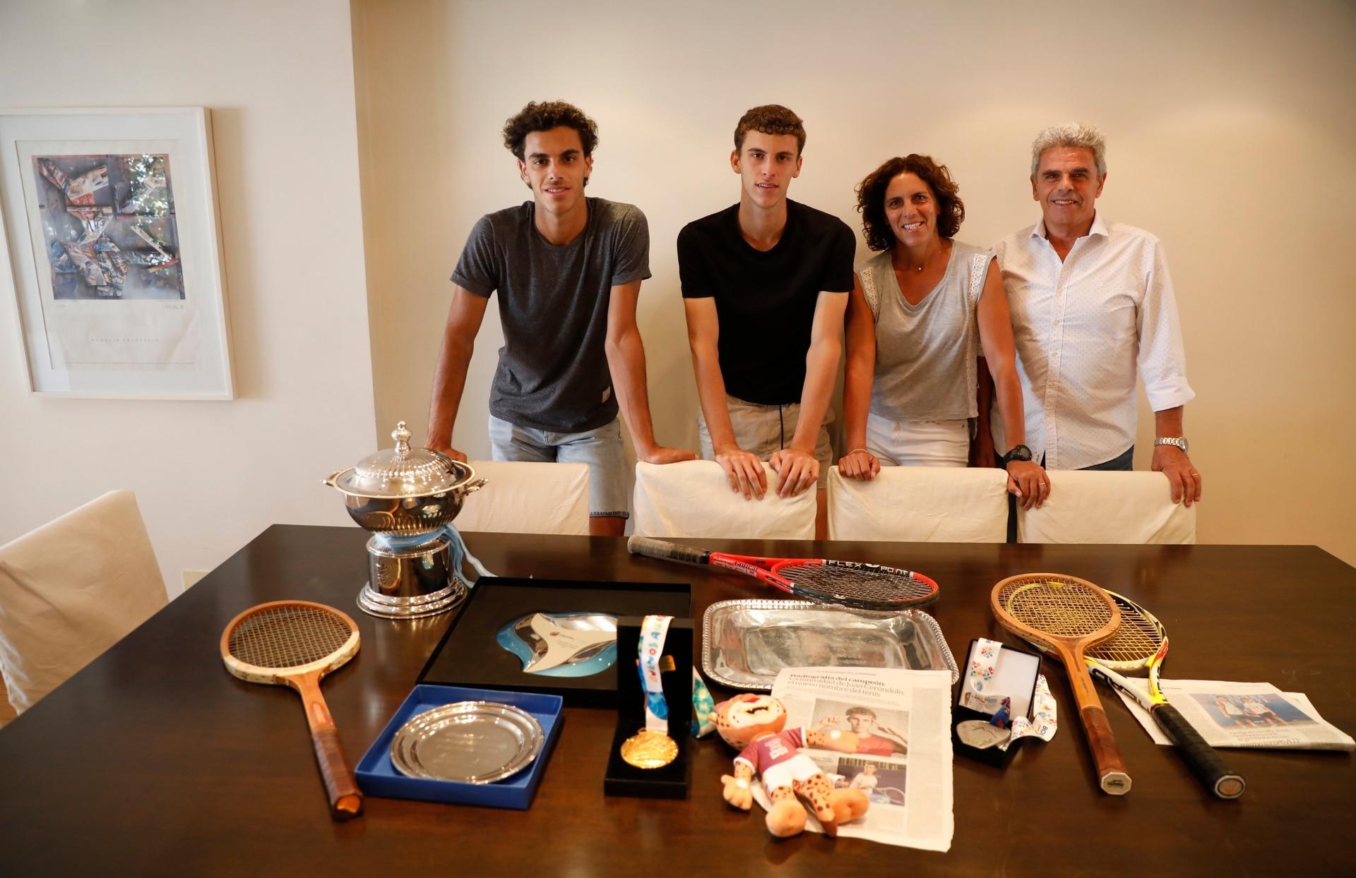 Cuatro de los cinco Cerúndolo, reunidos en una casa que late por el deporte: los tenistas, Francisco y Juan Manuel, y mamá María Luz y papá Alejandro; sólo falta Constanza, con Las Leonas en EE.UU..
