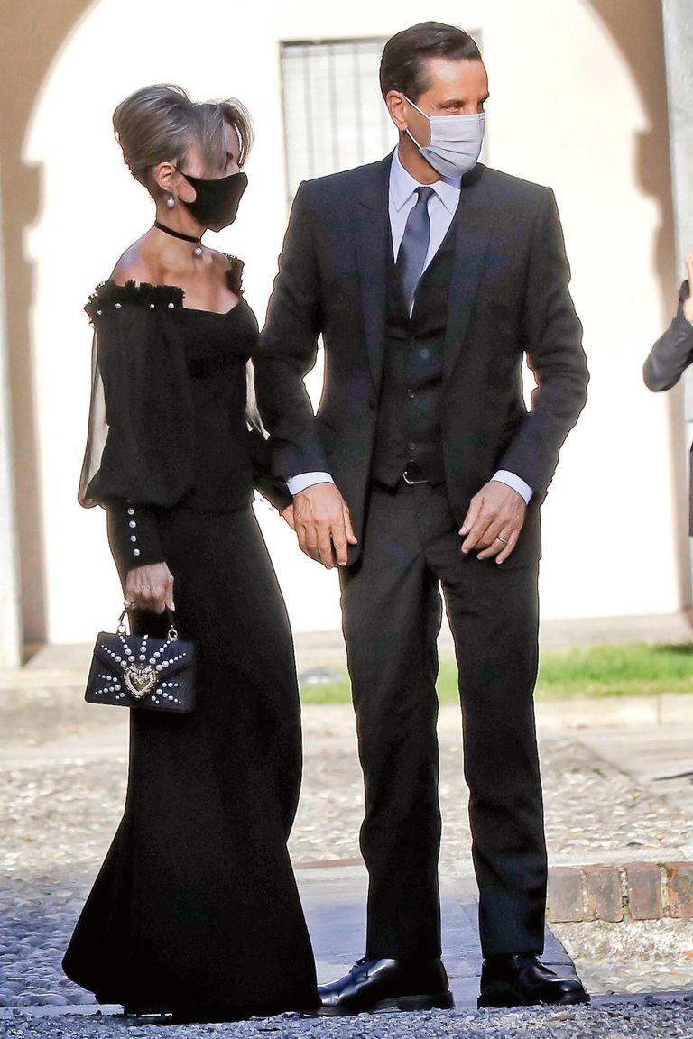 Marina estuvo acompañada por su marido Maurizio Vanadia y eligió un strapless negro, que combinó con cartera Dolce Gabbanna.