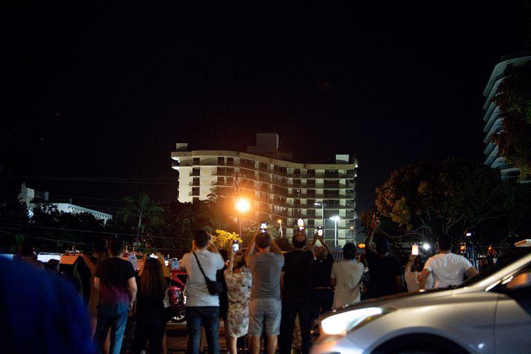 Cientos de personas se acercaron al lugar en el momento de la demolición