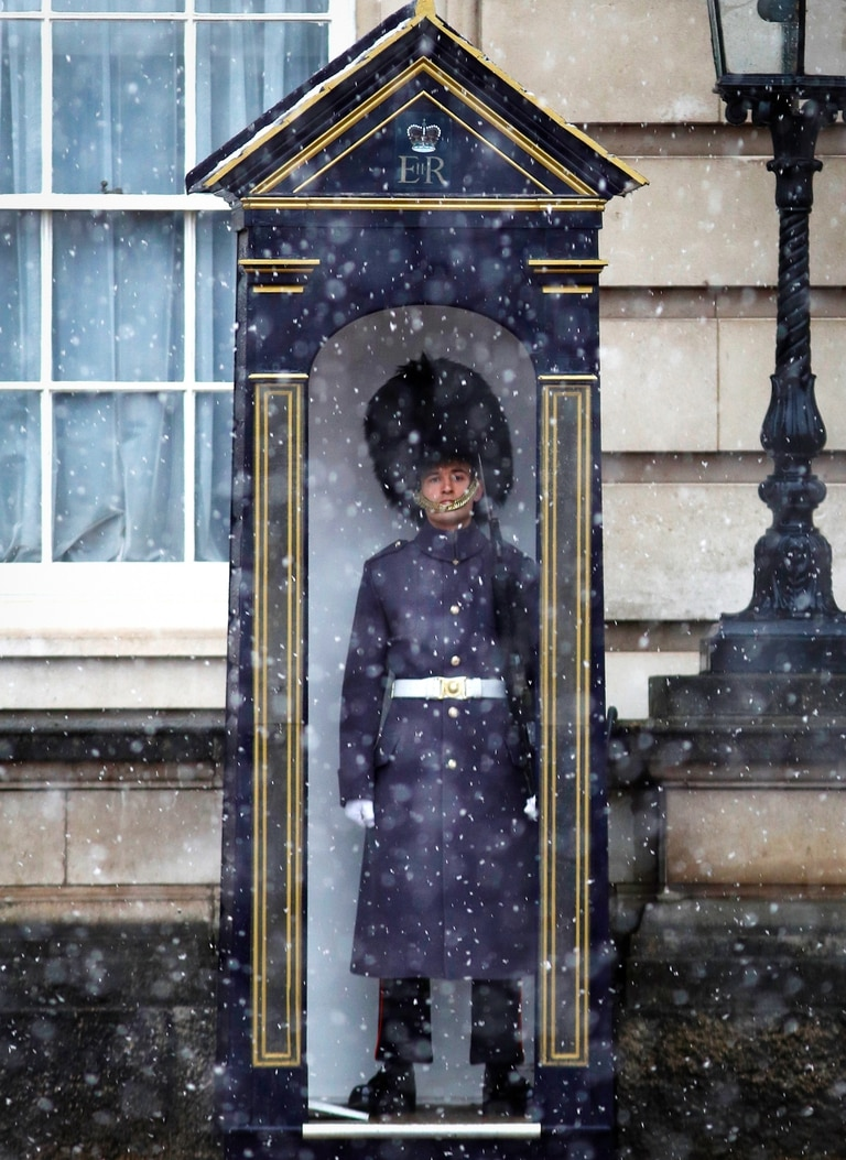 Un guardia de la casa real dentro de su refugio durante las nevadas en el Buckingham Palace, Londres