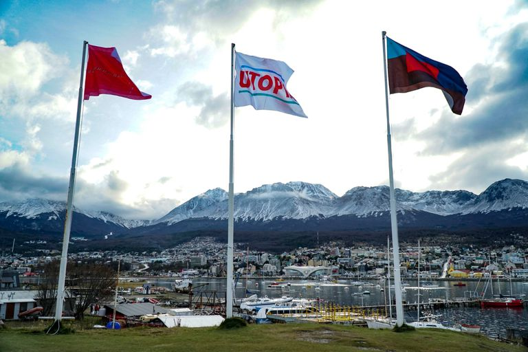 El mes pasado, en Ushuaia, se instalaron banderas de Boltanski., Voluspa Jarpa y Magdalena Jitrik