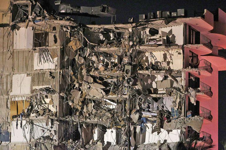 Se derrumbó un edificio en Miami y cientos de bomberos buscan a los sobrevivientes