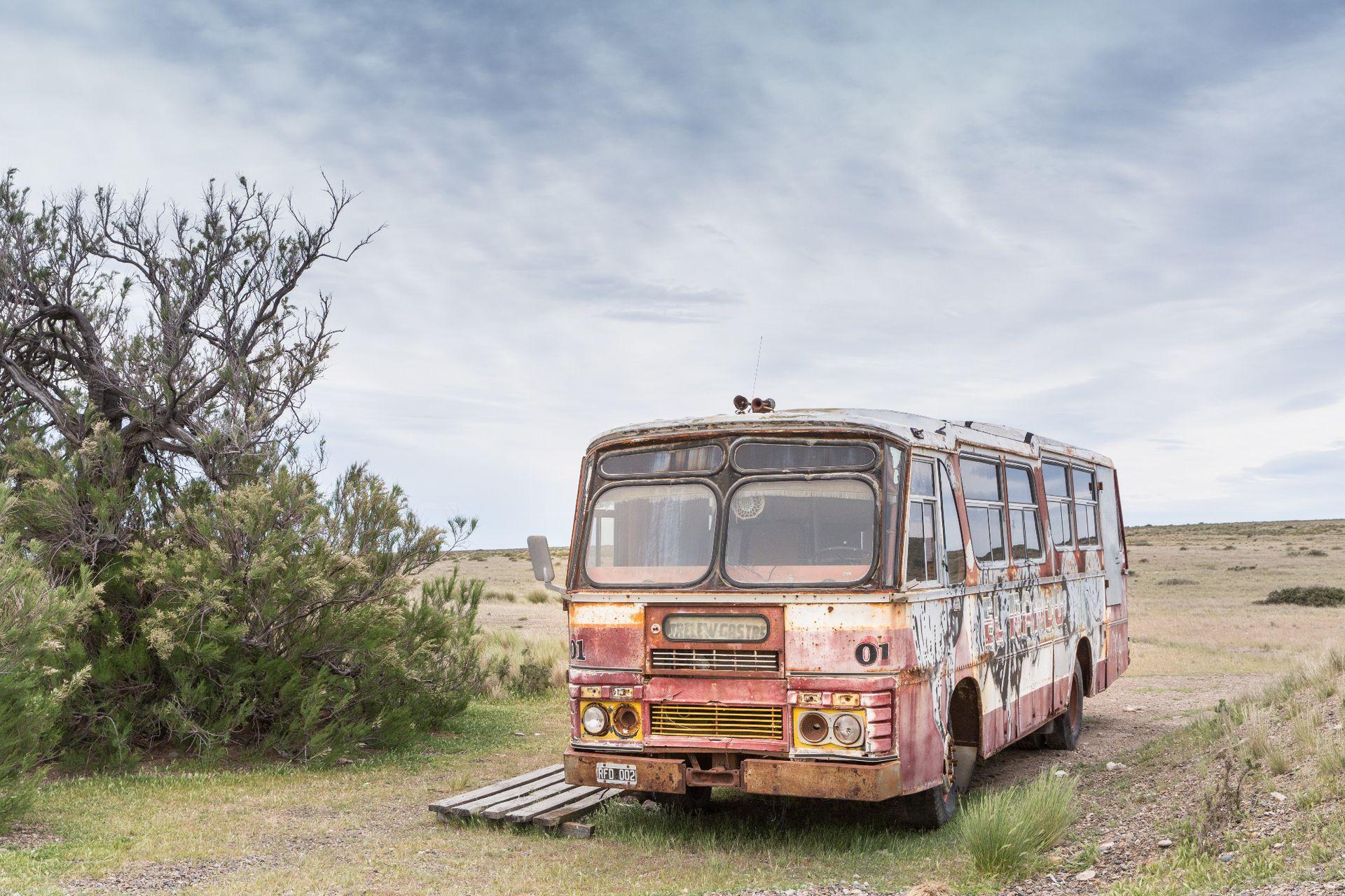 Bus pintado con grafitis en Cabo Raso, a 76 km de Camarones.