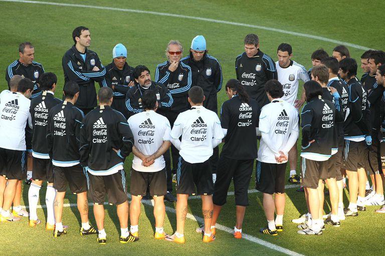 Integrando el cuerpo técnico de Maradona en el Mundial 2010: charla grupal.