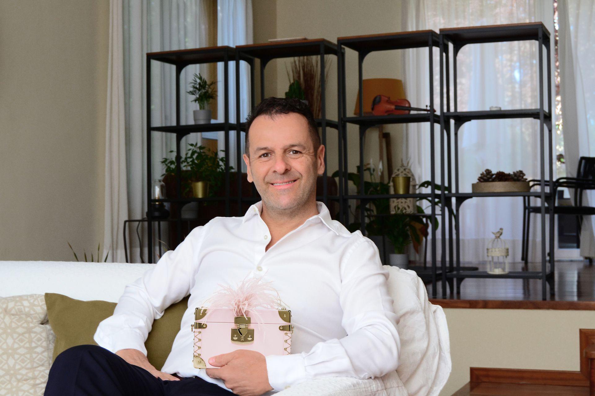 A treinta años de su partida de Argentina, Luis Negri es el principal fabricante de estuches de Stradivarius y triunfa en el mundo de la moda con sus originales carteras.