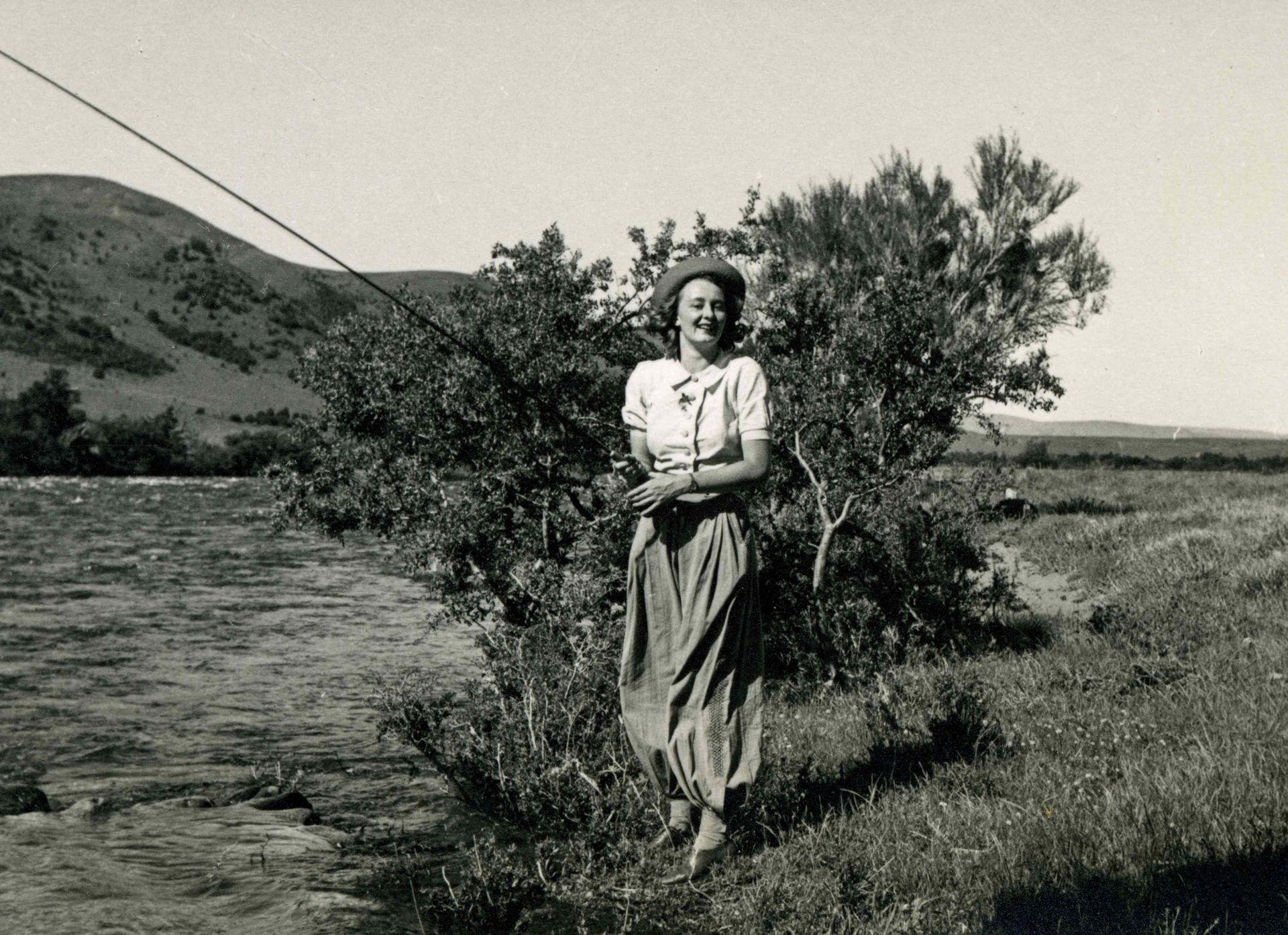 Renée Dickinson con su caña de pescar en Traful. 1946.
