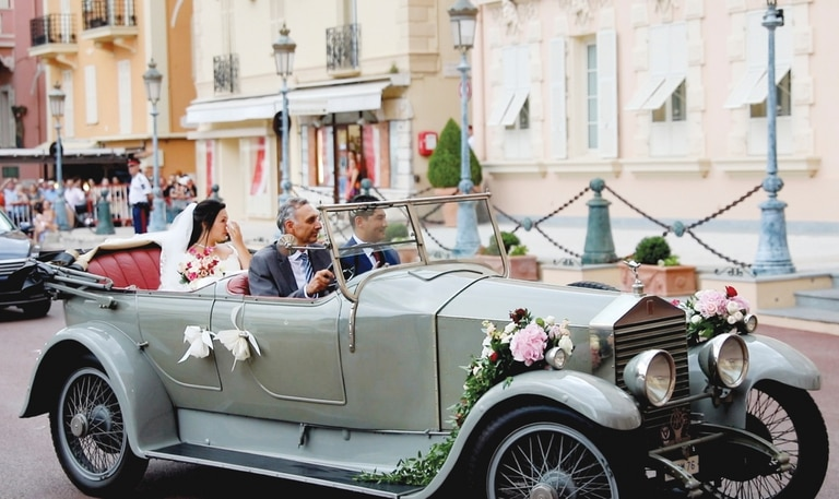 Otro plano de la novia, sentada en el asiento trasero del Rolls.