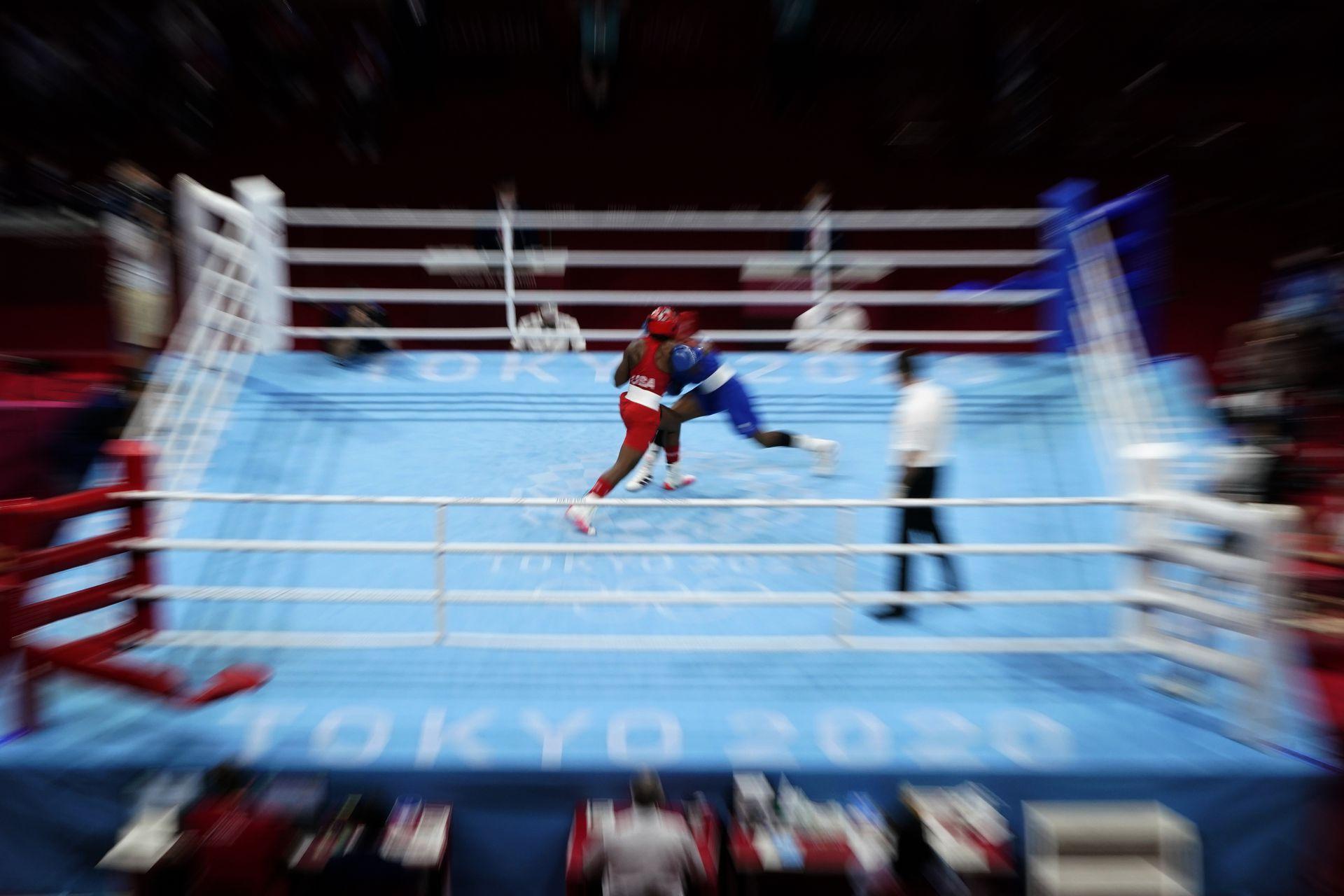 Rashida Ellis, de Estados Unidos, izquierda, y Caroline Dubois, de Gran Bretaña, compiten durante su combate de boxeo preliminar de 60 kg de peso ligero femenino.