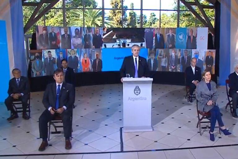La foto que cuestionó Cristina: el presidente Alberto Fernández, en el acto por el 9 de Julio; rodeado de representantes empresariales del G-6