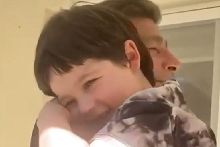 Toribio abrazando a su abuelo, Nicolás Repetto