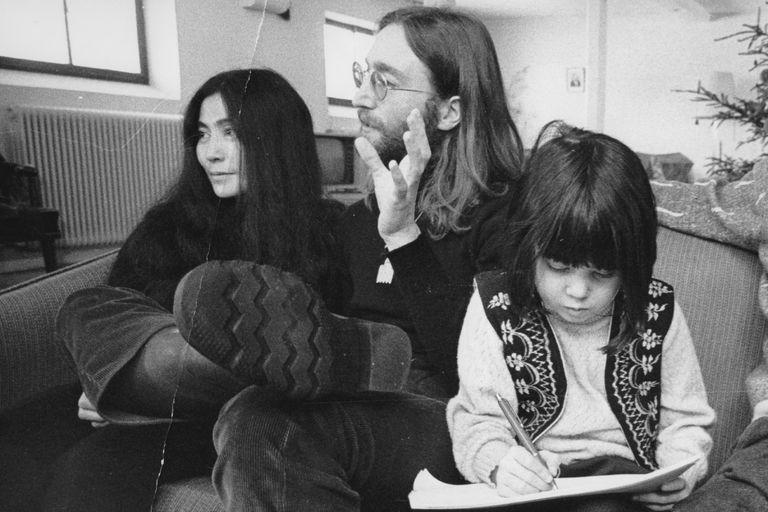 En 1970, Yoko y John visitaron Dinamarca y le concedieron una particular entrevista a un grupo de estudiantes que llegó tarde a la conferencia de prensa