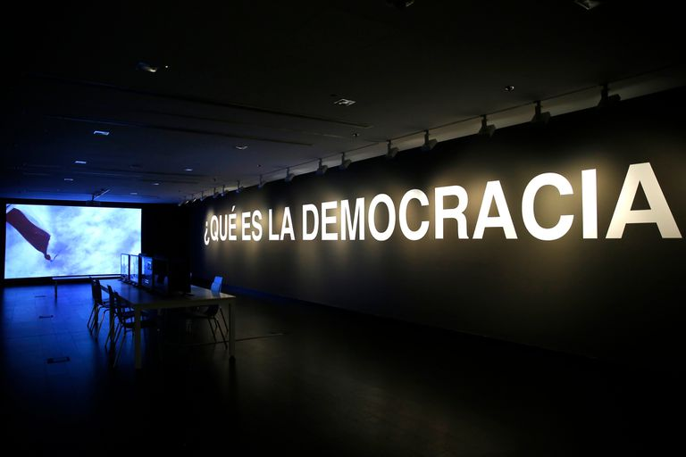 ¿Qué es la democracia?, videoinstalación de Oliver Ressler, 2007 / 2009