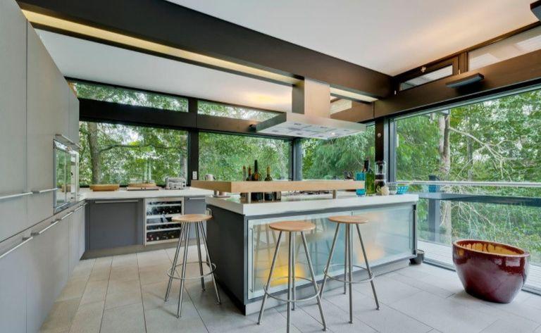 La cocina recibe mucha luz natural gracias a los grandes ventanales que la rodean