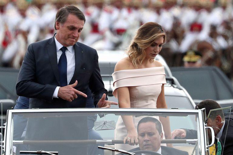 Bolsonaro y su esposa, en un histórico Rolls-Royce utilizado por primera vez en 1953 para la asunción de Getulio Vargas