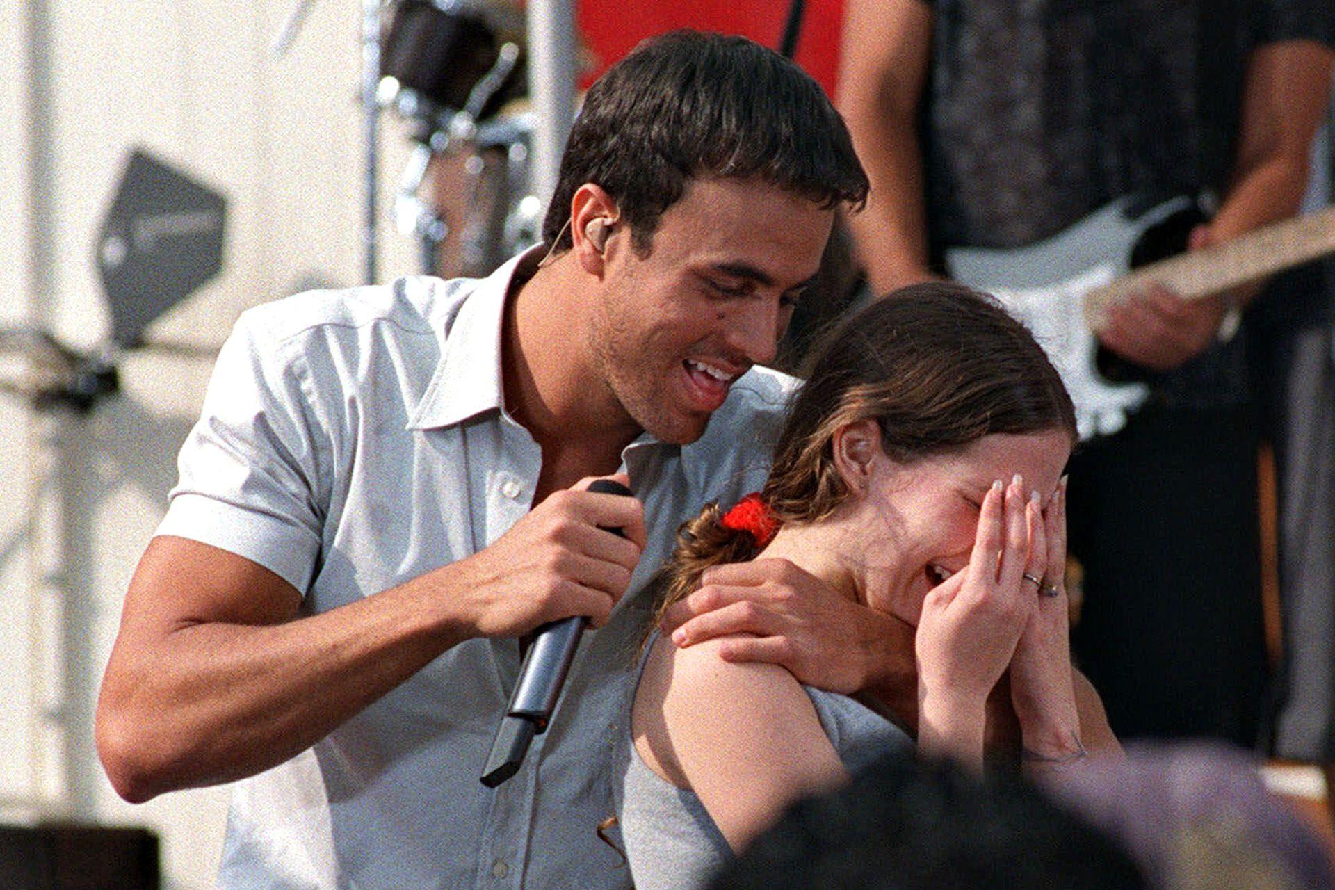 """Enrique Iglesias canta a una seguidora de Argentina, mientras se presenta en el Lincoln Center de Nueva York para el programa matutino de la cadena ABC """"Good Morning America"""""""