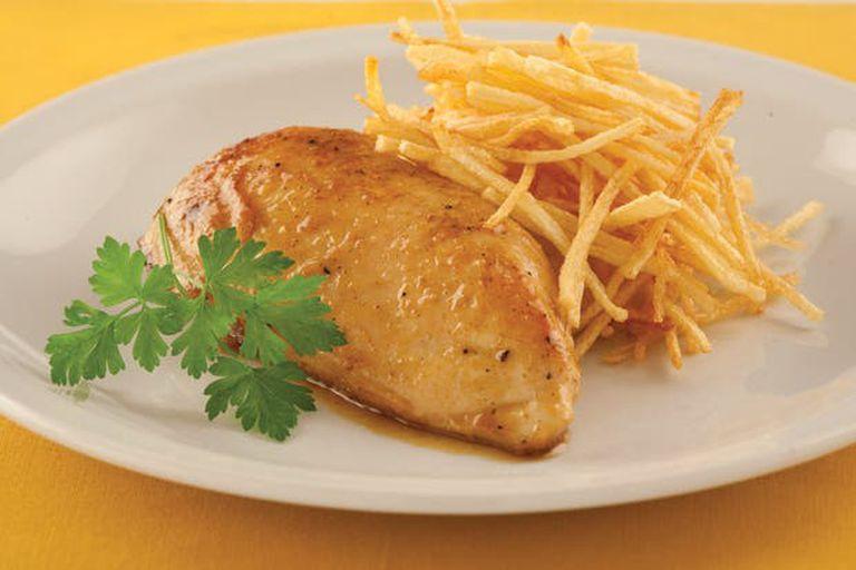 Pechugas de pollo con curry, miel y papas paille