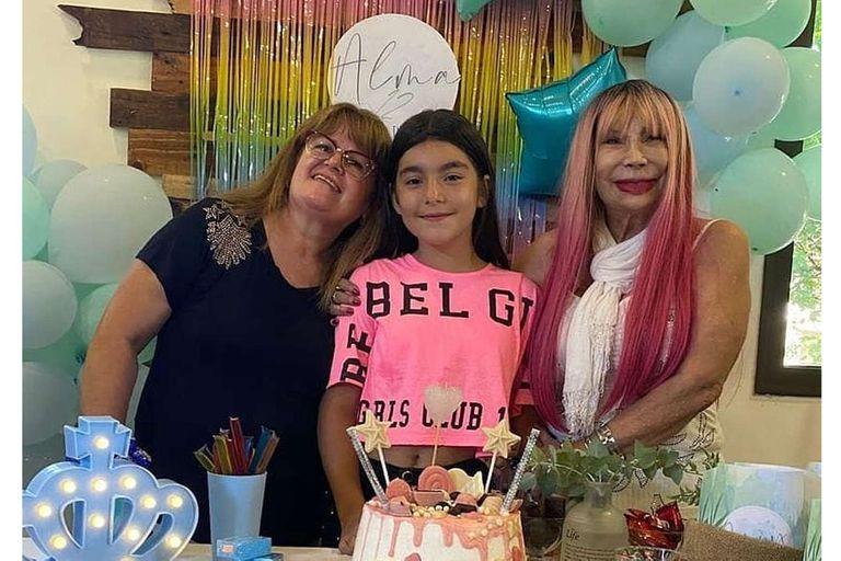 Betty Olave lució su cabello rosa en el cumpleaños de su nieta Alma, la hija de Ulises Bueno