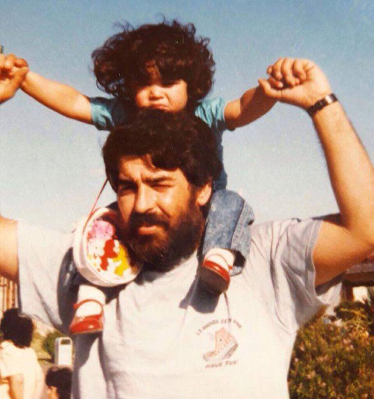 Alan Otto Prietto, de pequeñx, en hombros de su padre