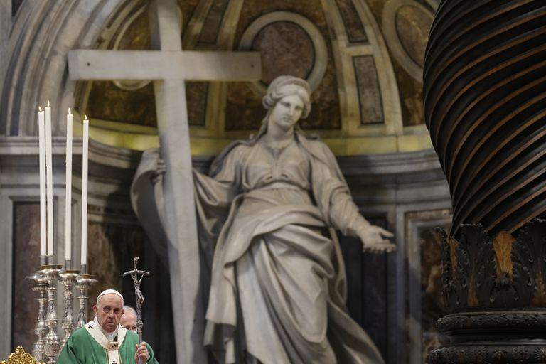 Fotografía de archivo del 10 de octubre de 2021, del papa Francisco celebrando una misa en la Basílica de San Pedro para la apertura del sínodo de los obispos, en el Vaticano. (AP Foto/Gregorio Borgia, Archivo)