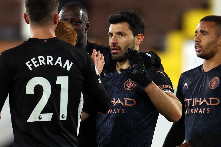 Sergio Aguero festeja después de anotar el tercer gol de Manchester City, de penal.