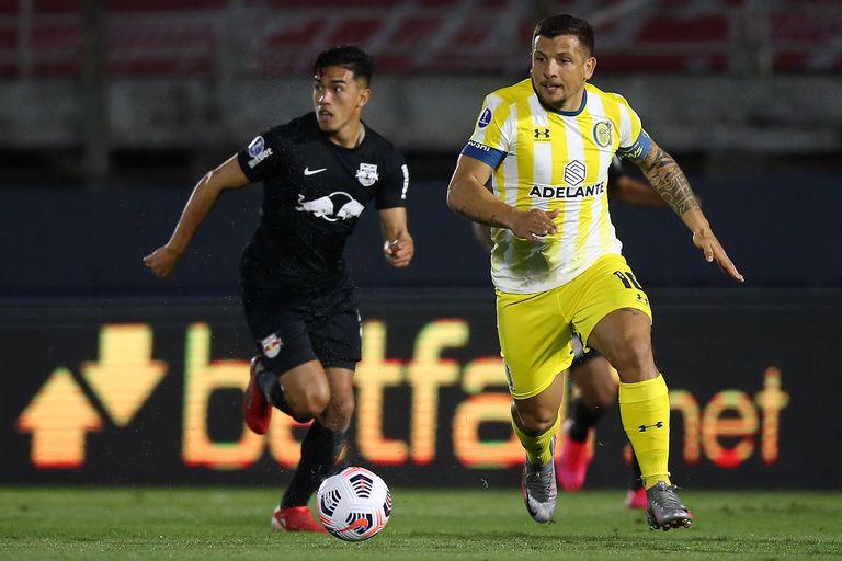 Natan y Emiliano Vecchio luchan por la pelota durante el partido de cuartos de final de la Copa Sudamericana que disputan Bragantino y Rosario Central