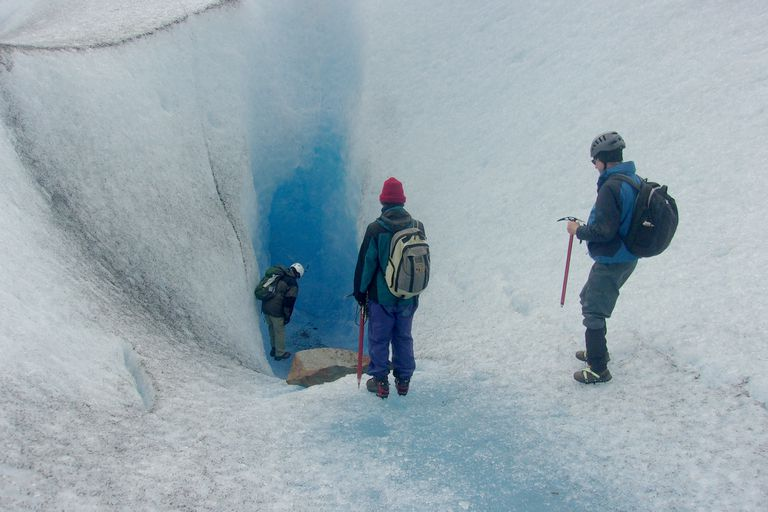 Los investigadores en los pozones del glaciar