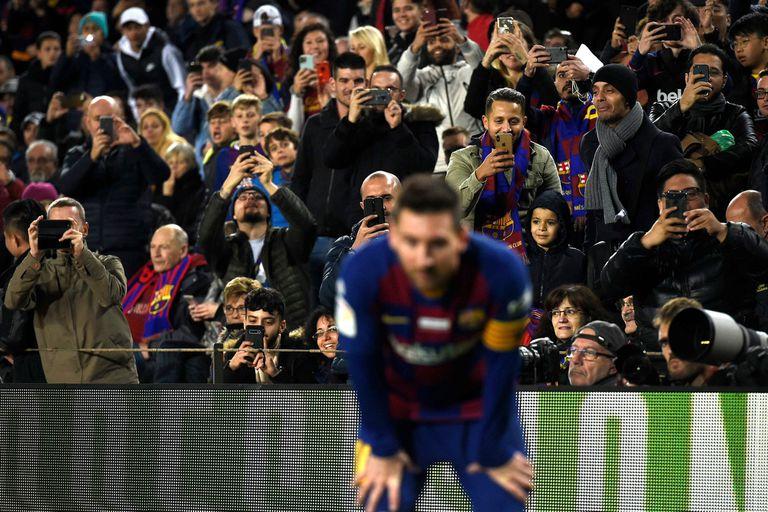 Todos a él: Messi, objeto de venneración en el Camp Nou