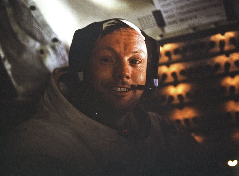 """En una imagen proporcionada por la NASA, el comandante de la misión del Apolo 11, Neil Armstrong, dentro del Módulo Lunar """"Águila"""" después de su paseo en la superficie de la luna el 20 de julio de 1969"""