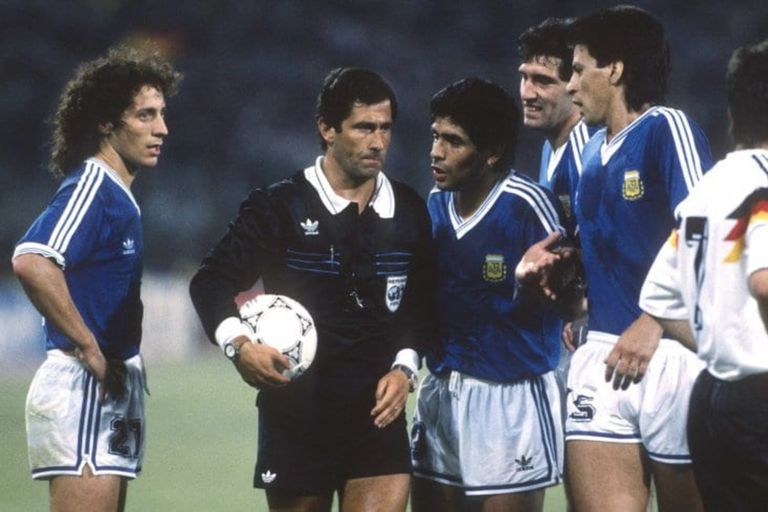 El árbitro Codesal ya cobró penal para Alemania a poco del cierre de la final del Mundial Italia 90 y comienza la controversia