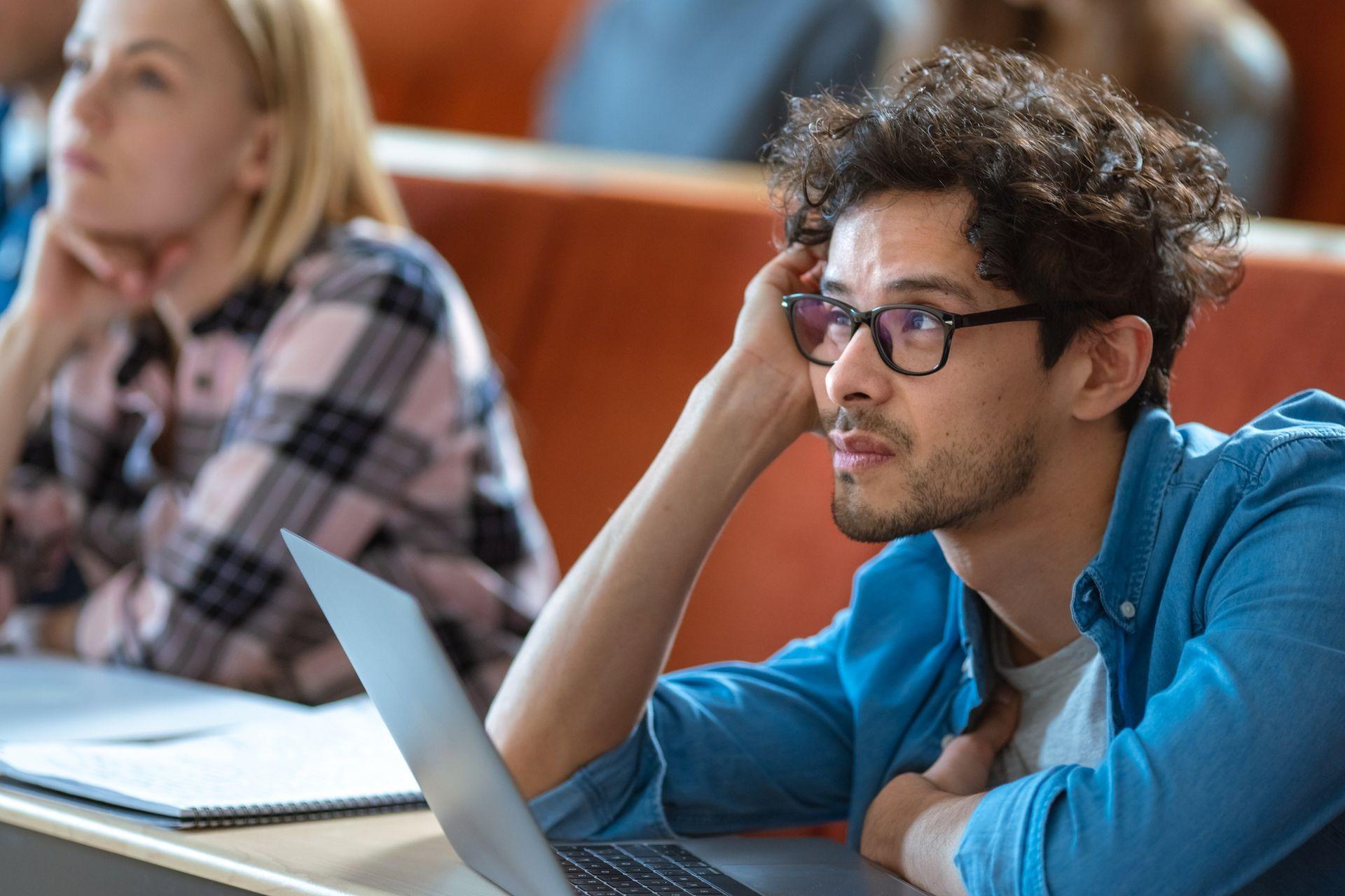 Al analizar el rostro de una persona presente, el sistema puede ayudar a determinar el nivel de atención que le está dedicando a la reunión