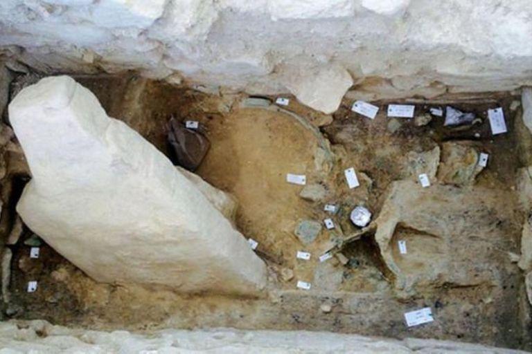 Un equipo de arqueólogos norteamericanos descubrieron un tesoro de joyas grabadas y artefactos de plata, oro y bronce, en la tumba de un guerrero griego del año 1500 a.C.