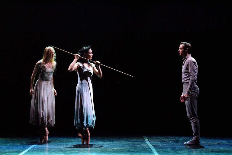 """Stina Quagebeur, Tamara Rojo y James Streeter en la versión de Akram Khan para el English National Ballet, una joya contemporánea ajustada a su tiempo. """"Para ser Giselle, la clásica o la moderna, se necesita sobre todo mucha humildad, porque es un personaje de una generosidad inigualable; no hay otro rol que esté tan inundado de amor por el prójimo"""", responde Rojo, directora de la compañía además de gran intérprete"""