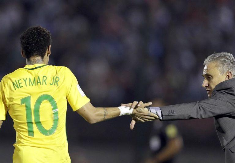 El entrenador brasileño, Tite, saluda a Neymar, la figura de la goleada en el estadio Centenario