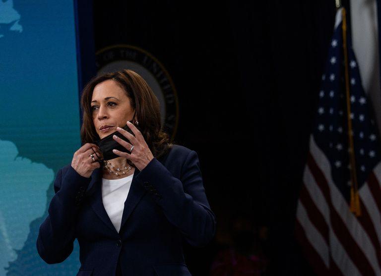 La vicepresidenta de los Estados Unidos, Kamala Harris, se quita la mascarilla cuando llega para pronunciar comentarios virtuales en la 51a Conferencia Anual de Washington sobre las Américas en la Casa Blanca en Washington