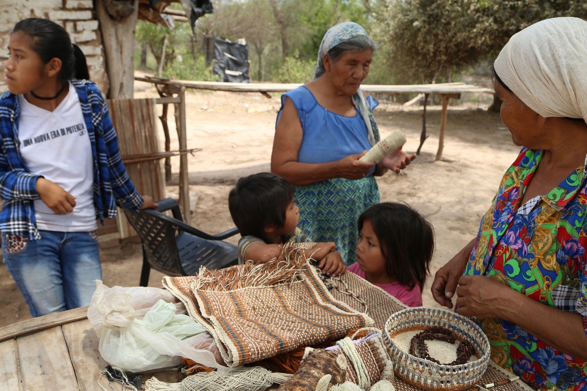 Las mujeres se capacitan en tejidos, y las que más saben transmiten los conocimientos de generación en generación, como la calidad de los puntos y las técnicas de teñido.
