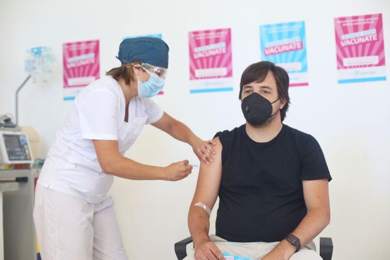 Nicolás Kreplak, viceministro de Salud bonaerense, al ser inoculado con la segunda dosis de la vacuna rusa