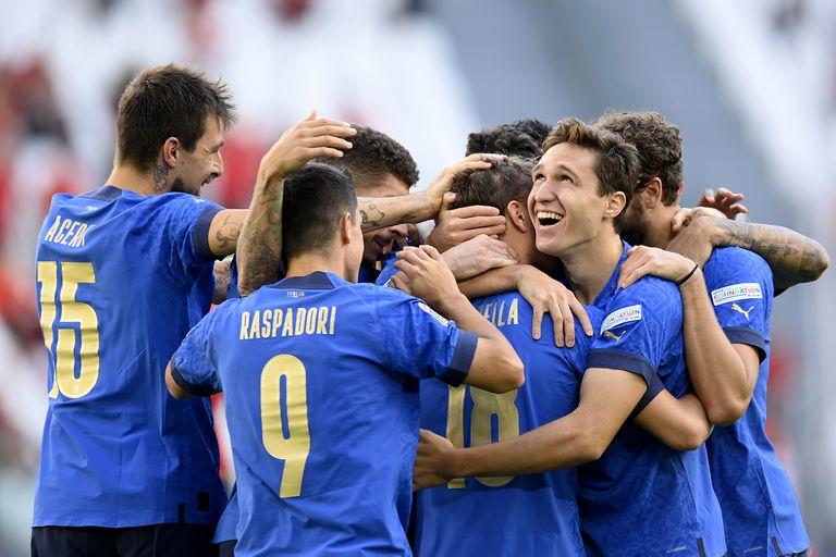Nicolo Barella festeja con su compañeros el primer gol de Italia ante Bélgica