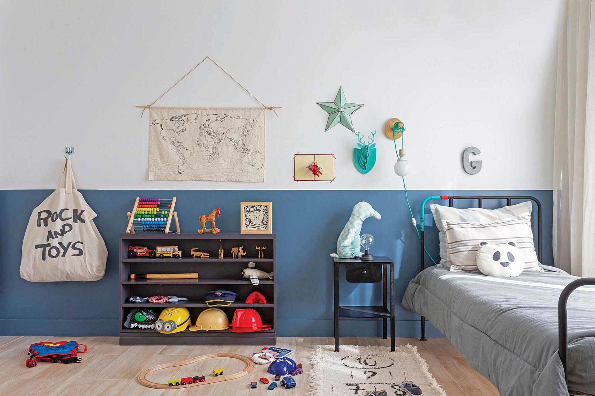 """""""El cuarto de Goyo fue un desafío: quería algo infantil, que se pueda ir adaptando a su crecimiento y que no compita con el otro dormitorio. La idea de la pintura fue el puntapié que me ayudó a visualizarlo""""."""