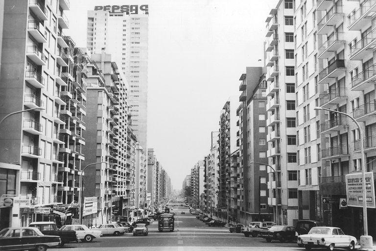Una despoblada avenida Colón en invierno, en 1969