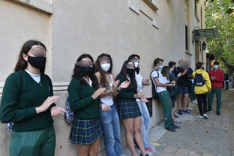 Los estudiantes llegaron con sus uniformes al Colegio San Gabriel y aplaudieron para quejarse por no poder asistir a las aulas