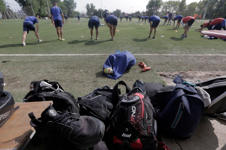 Los jugadores deben dejar sus mochilas a un costado de la cancha, no muy lejos de ellos, porque no tienen un lugar seguro donde ubicarlas mientras entrenan