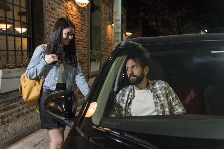 Milagros Andaluz abre la puerta del auto, un acto capaz de desorientar a muchos varones