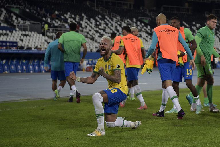 Naymar celebra frente a un público imaginario.