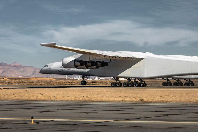 El avión tiene 117 metros de envergadura,  y usa 28 ruedas para desplazarse en la pista de despegue, de 3,5 km de largo