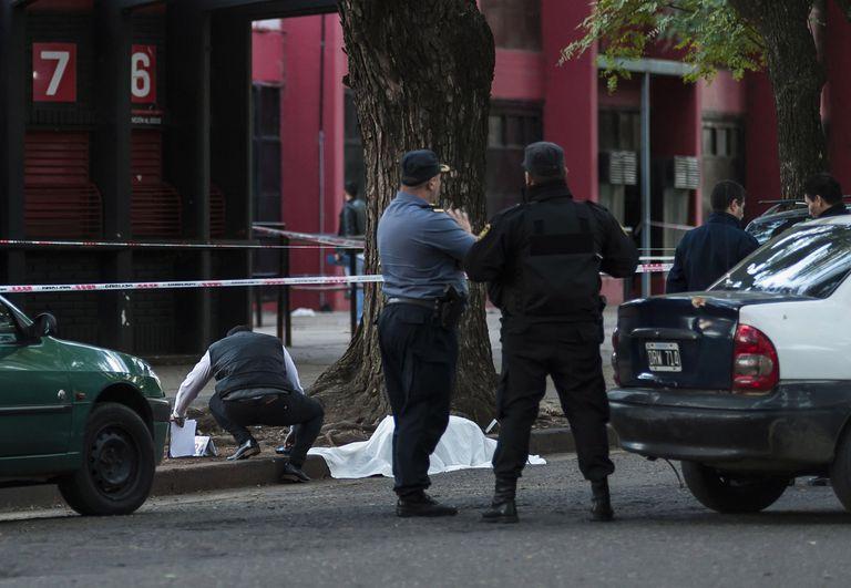 Policía y peritos en la puerta de Newell's, donde en 2016 fue muerto un integrante de la barra brava mediante varios disparos.